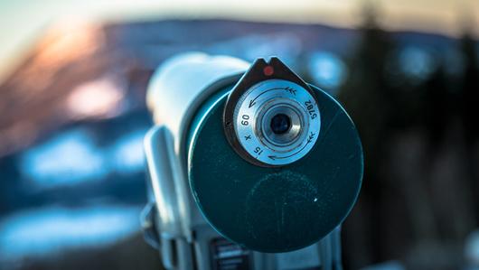 Das Foto eines Teleskops mit einem verschwommenen Hintergrund. Öffnet Seite: : Eine Expedition in die Zukunft von Arbeit und Gesellschaft