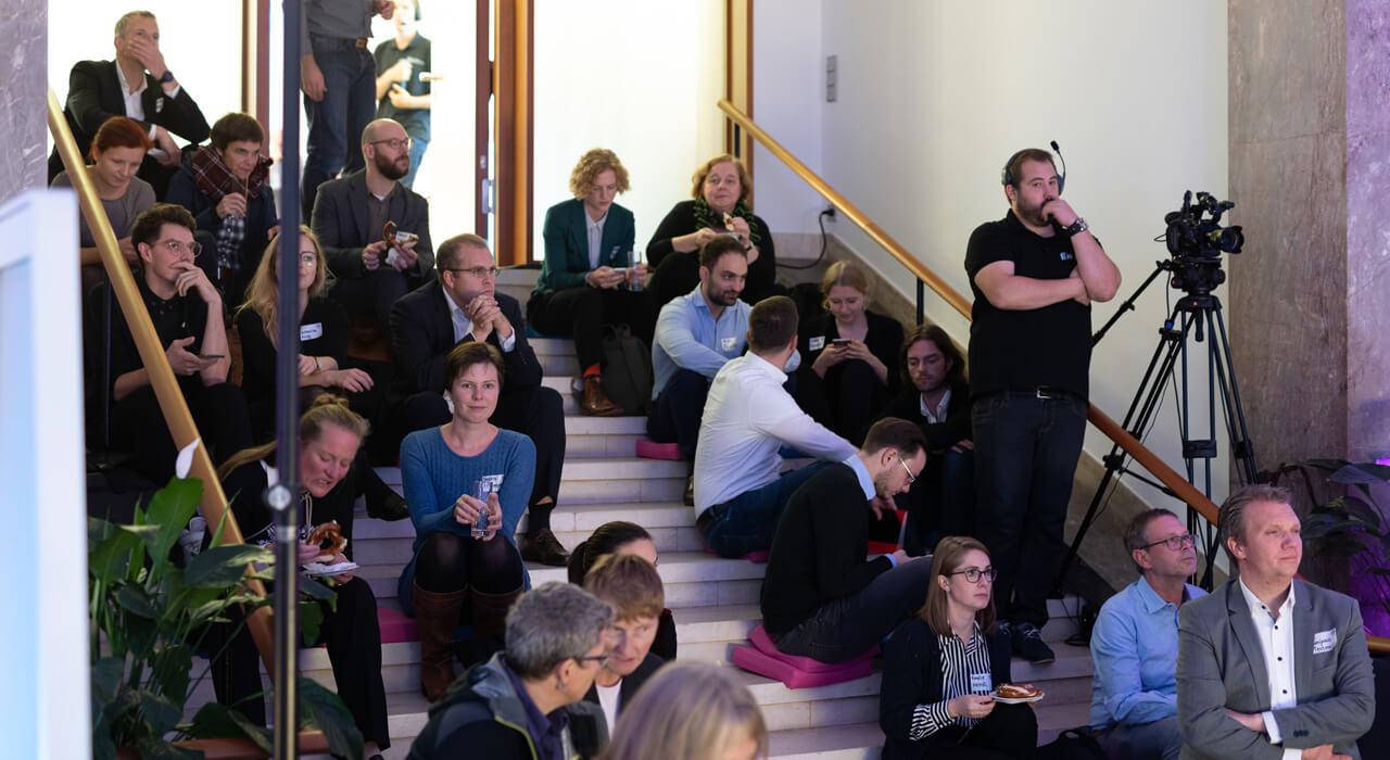Publikum auf der Treppe.