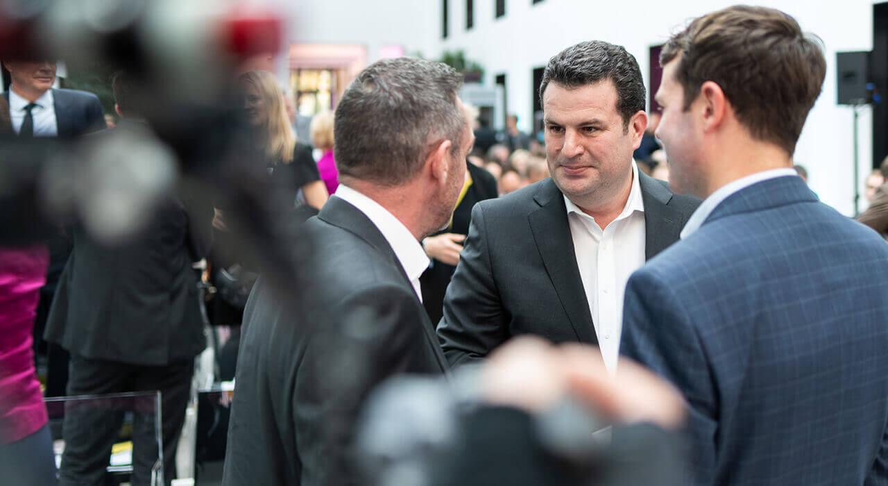 Bundesminister Hubertus Heil und Staatssekretär Björn Böhning begrüßen den englischen Journalisten Paul Mason
