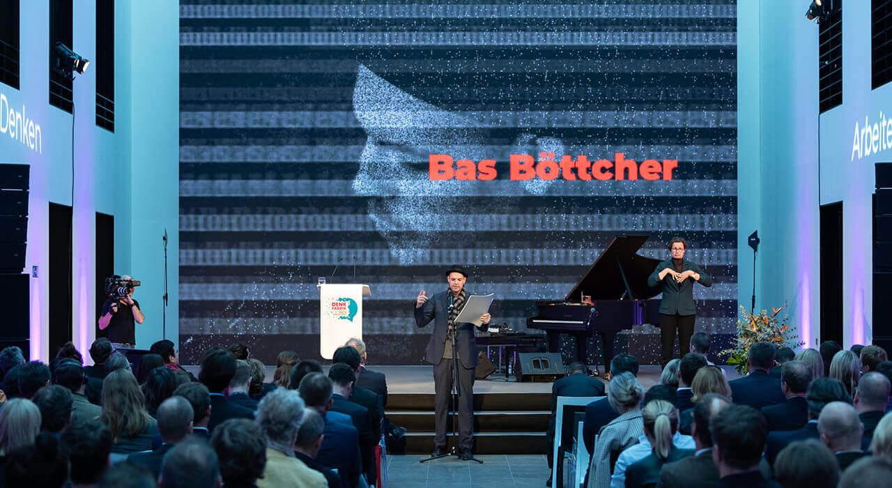 Poetry Slammer Bas Böttcher auf der Bühne