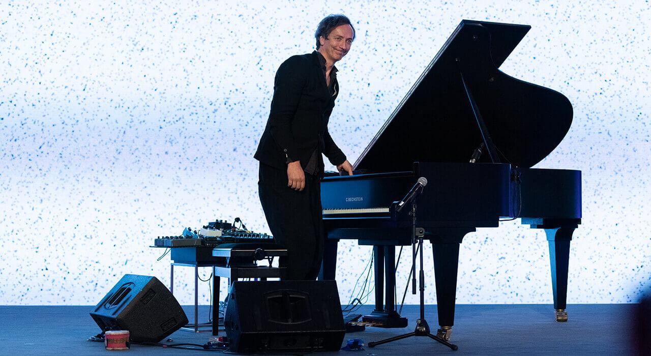 Pianist Volker Bertelmann aka. Hauschka am Klavier