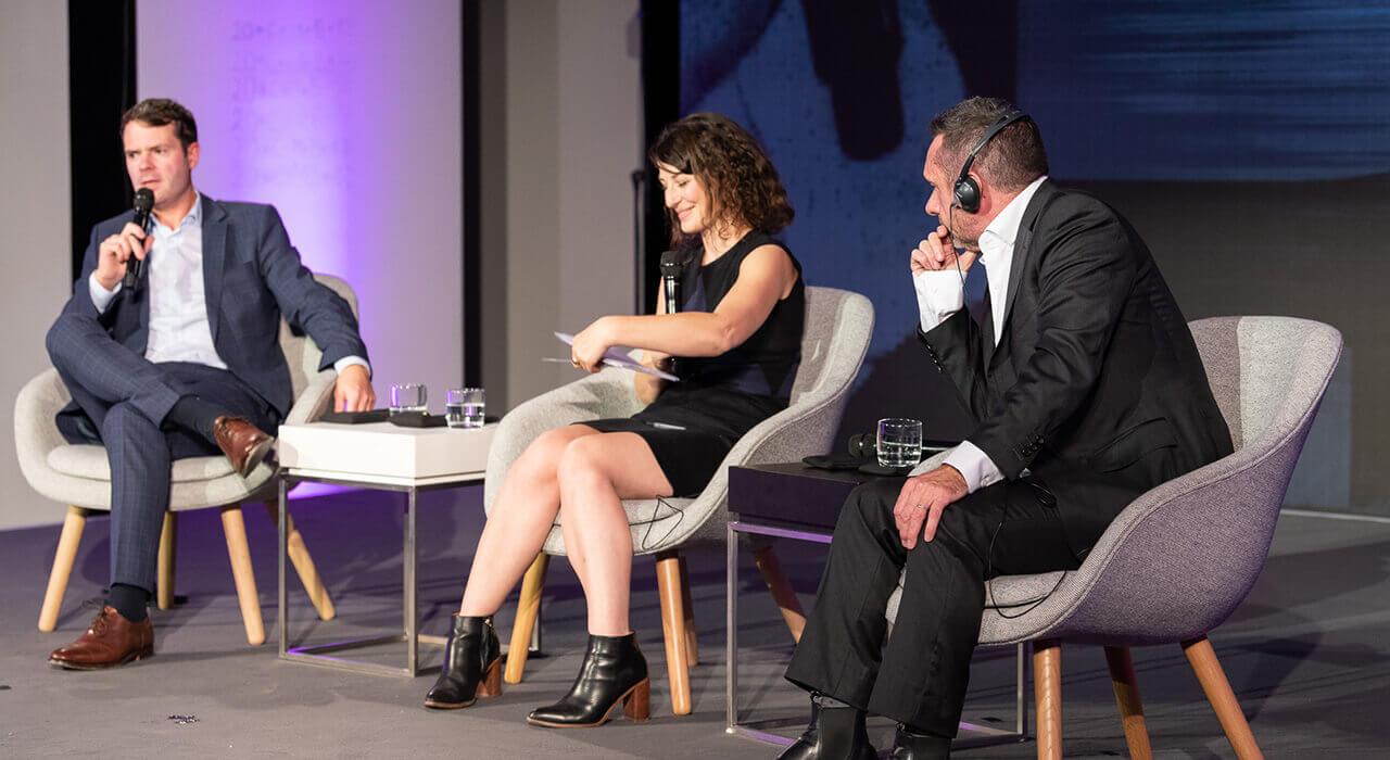 Staatssekretär Björn Böhning im Gespräch mit dem englischen Journalisten Paul Mason und der Moderatorin Geraldine de Bastion