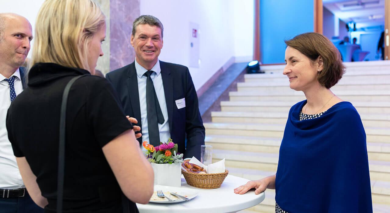 Staatssektretärin Leoni Gebers im Gespräch mit Gästen.