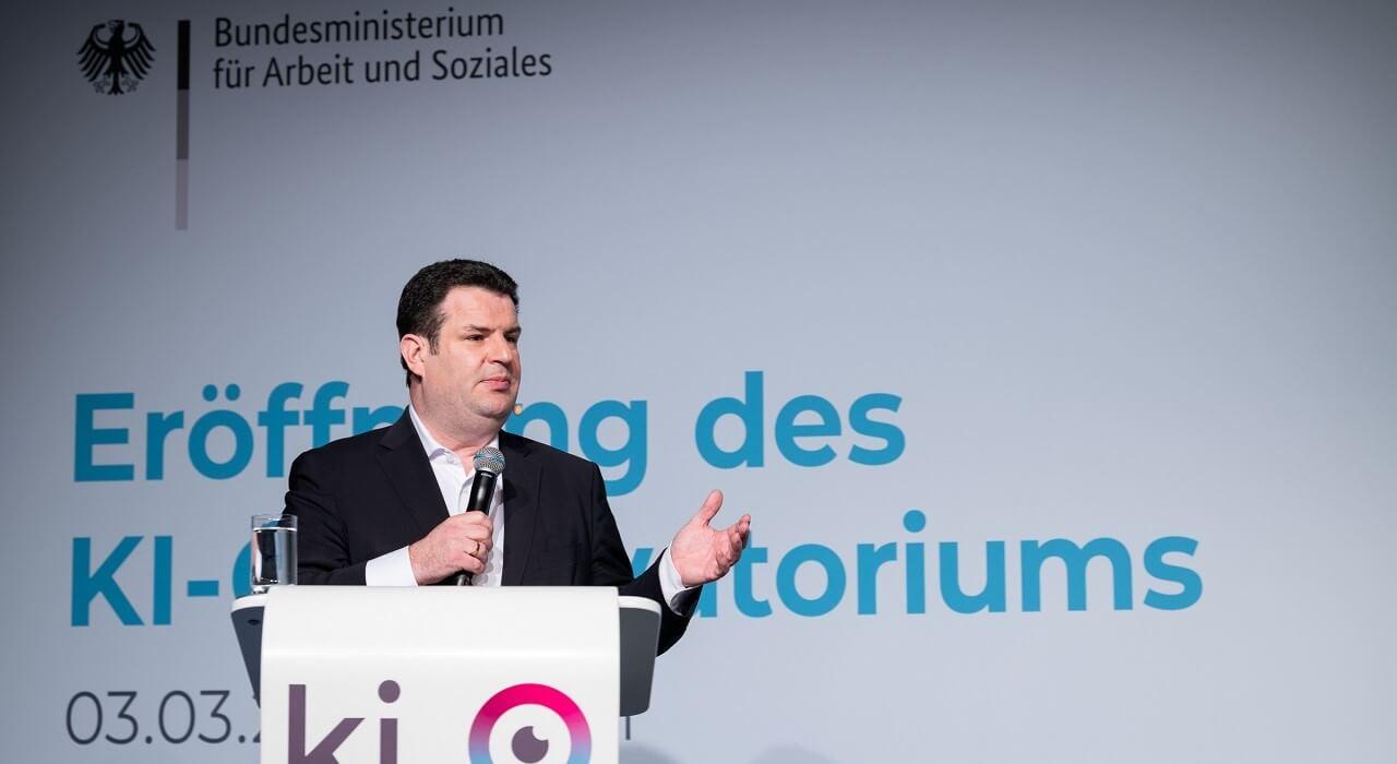 Bundesarbeitsminister Hubertus Heil begrüßt die Teilnehmer*innen der Veranstaltung.