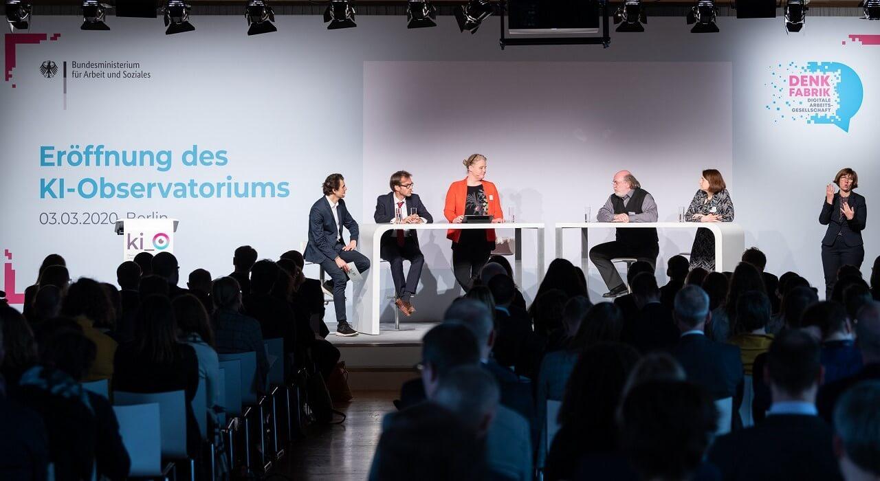 "Teilnehmer*innen des Panels zum Thema ""Technological Foresight"" (v. l. n. r. Ekkehard Ernst (ILO), Prof. Dr. Katarina Zweig (TU Kaiserslautern), Prof. Dr. Philipp Slusallek (DFKI), Dr. Linda Nierling (KIT)) und Moderator Ali Aslan."
