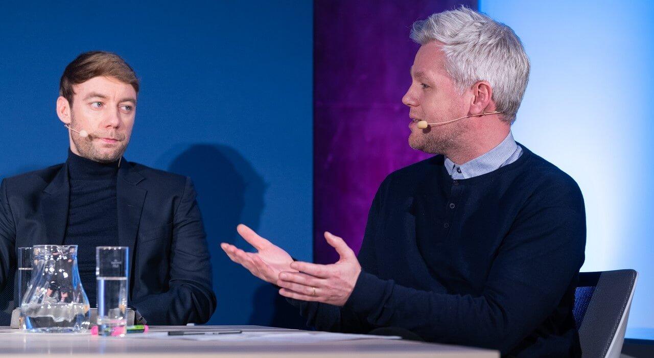 Lars Gaede moderiert, Johannes Hillje hört zu