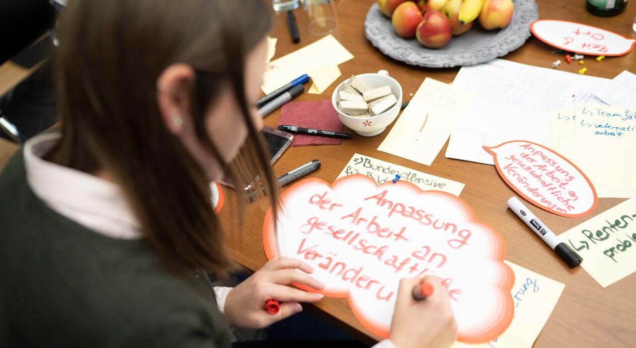 Eine Teilnehmerin schreibt etwas