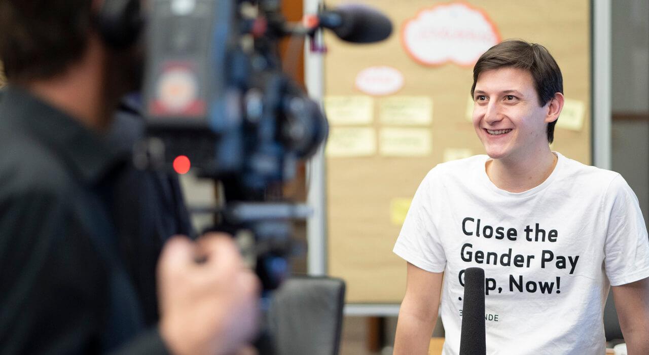 Ein Teilnehmer gibt ein Interview
