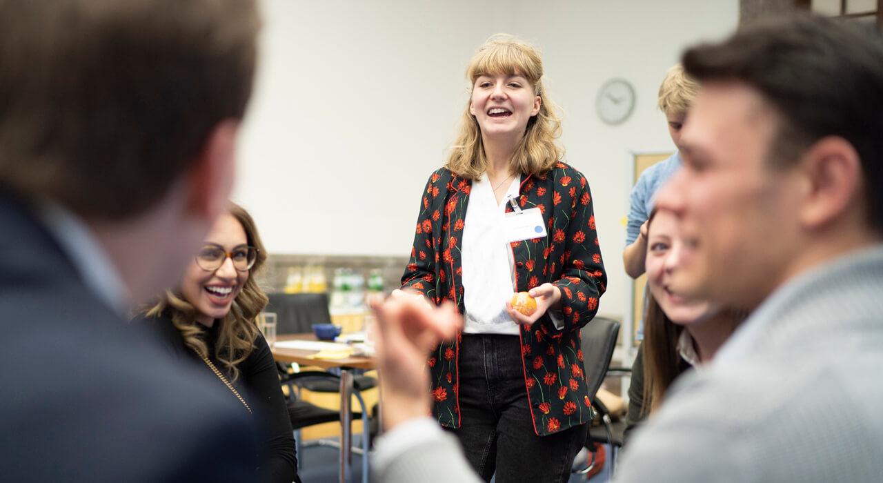Teilnehmer lachen