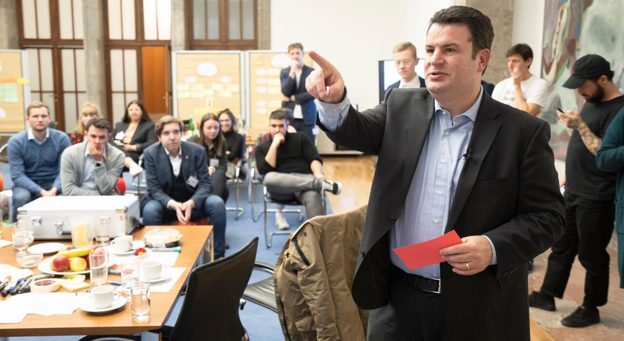 Minister Hubertus Heil zeigt auf etwas mit seiner Hand