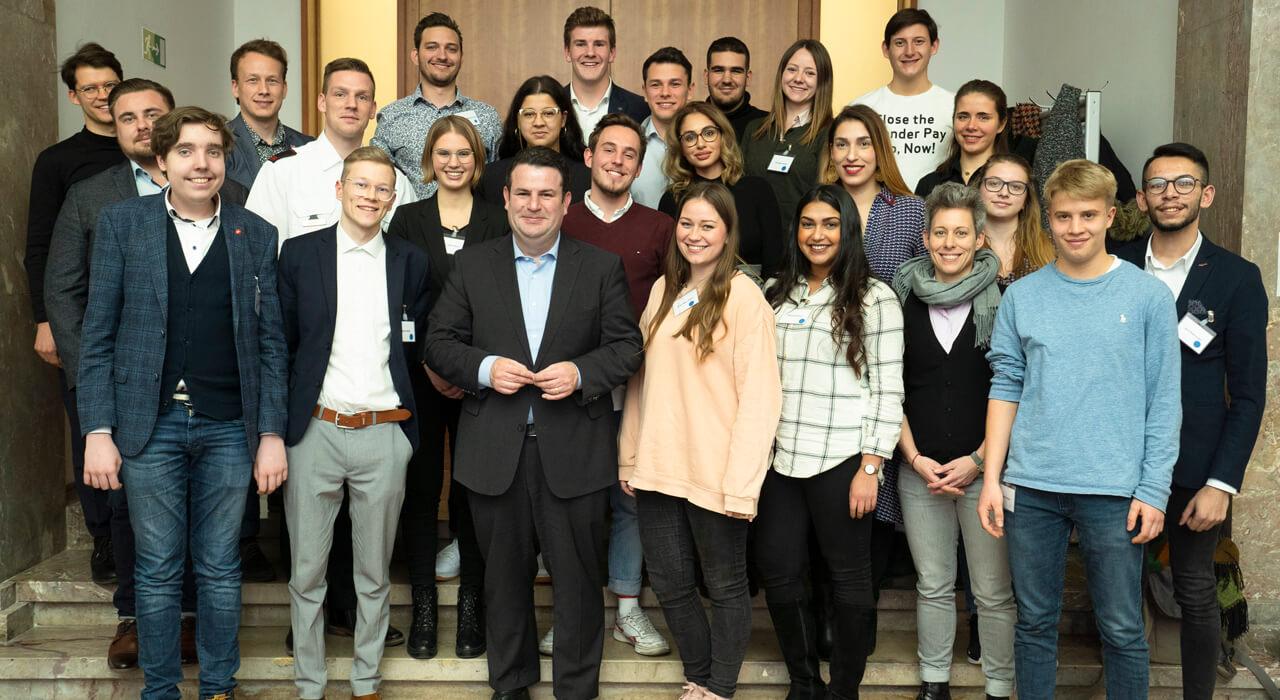 Gruppenfoto der Teilnehmenden mit Minister Hubertus Heil