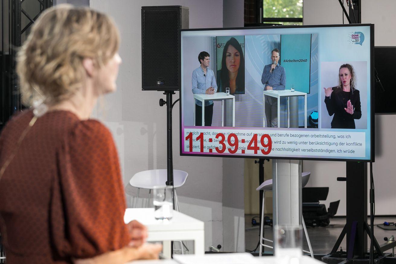 Ein Bildschirm auf dem die Konferenz übertragen wird.