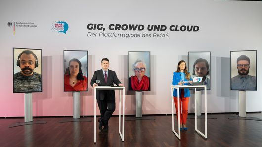 Bundesarbeitsminister Hubertus Heil und Katrin-Cécile Ziegler hören einem Beitrag zu.