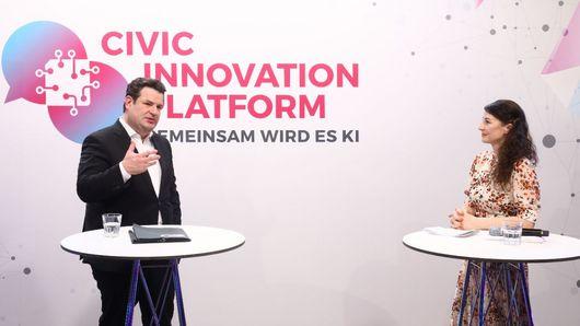 BM Heil im Gespräch mit Moderatorin Geraldine de Bastion. Öffnet Seite: : Erste Preisverleihung der Civic Innovation Platform