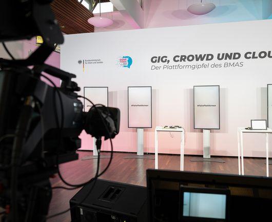 Die Bühne des noch leeren BMAS Plattformgipfels.