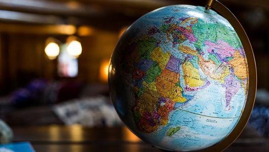 Die Zeichnung einer Weltkarte bei Nacht mit leuchtenden Punkten darauf. Öffnet Seite: : Grenzüberschreitende Zusammenarbeit: die Global Partnership on AI